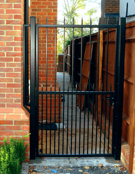 manor-fencing-area-new-metal-gate-1